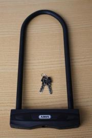 ABUS Bügelschloss ABUS Bügelschloss Gebraucht mit 2 Schlüssel Bügel innen 300 x 109 - Durchmesser 12 mm ca. 1250 g - Hohe Sicherheit Verkauf von privat ohne ... 20,- D-55257Budenheim Heute, 09:58 Uhr, Budenheim - ABUS Bügelschloss ABUS Bügelschloss Gebraucht mit 2 Schlüssel Bügel innen 300 x 109 - Durchmesser 12 mm ca. 1250 g - Hohe Sicherheit Verkauf von privat ohne