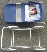 älterer Puppenwagen mit