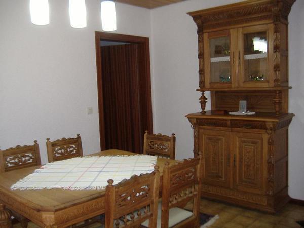 antiker wohnzimmerschrank mit antikem eiche wohnzimmertisch und 6 st hlen in emmelshausen. Black Bedroom Furniture Sets. Home Design Ideas