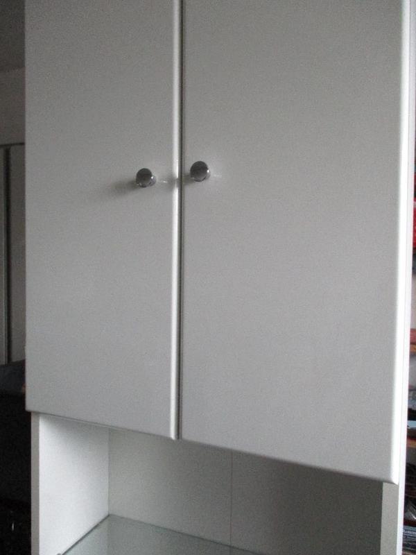 biete einen badschrank hoch in sehr gutem zustand h he. Black Bedroom Furniture Sets. Home Design Ideas