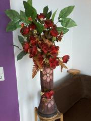 Dekovase mit Kunstblumenschmuck