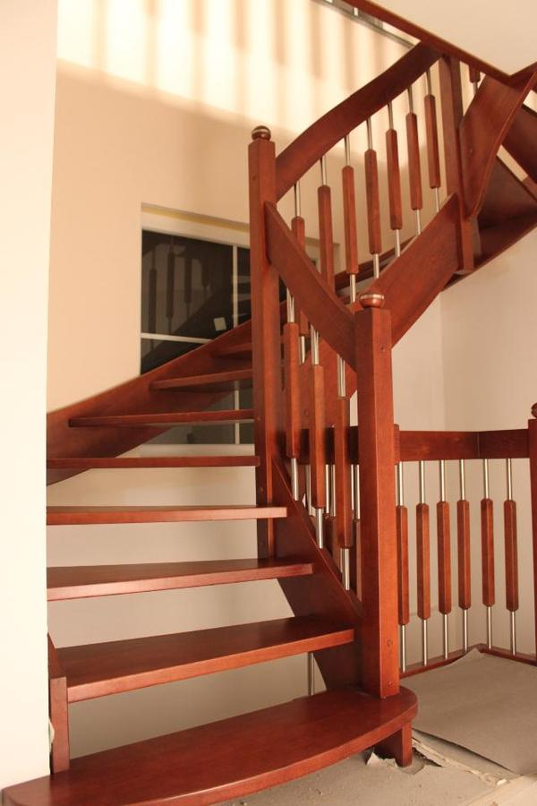 holztreppen aus polen im klassischen styl wie auch ganz. Black Bedroom Furniture Sets. Home Design Ideas