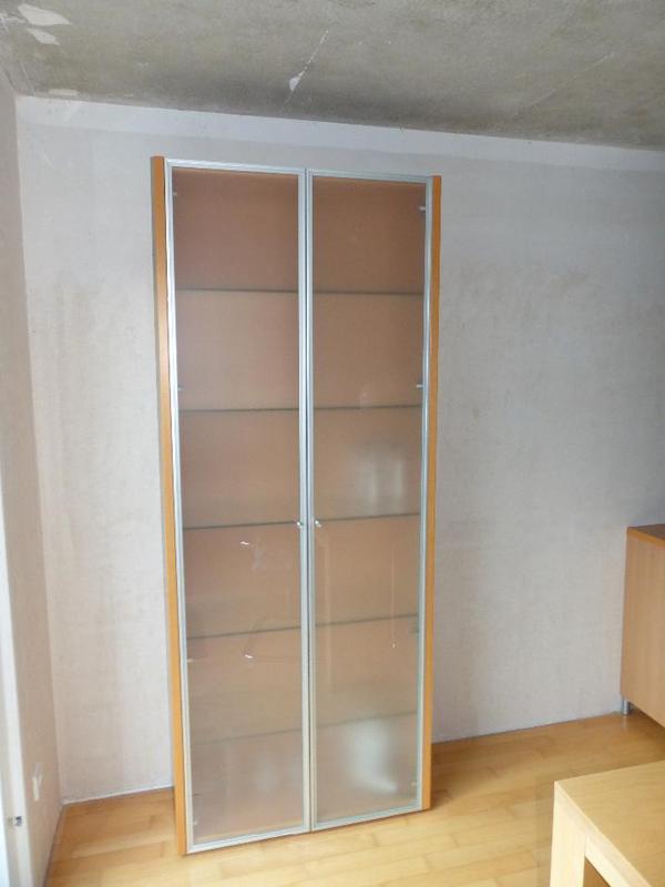 h lsta vitrine buche mit alurahment r und satiniertem glas. Black Bedroom Furniture Sets. Home Design Ideas