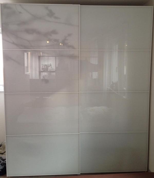 verkaufe kompletten kleiderschrank mit glas schiebet ren ikea pax tonnes innenausstattung. Black Bedroom Furniture Sets. Home Design Ideas