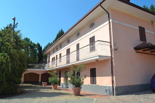 Italien piemont einfamilienhaus zu verkaufen mit 2 for Ferienimmobilien italien