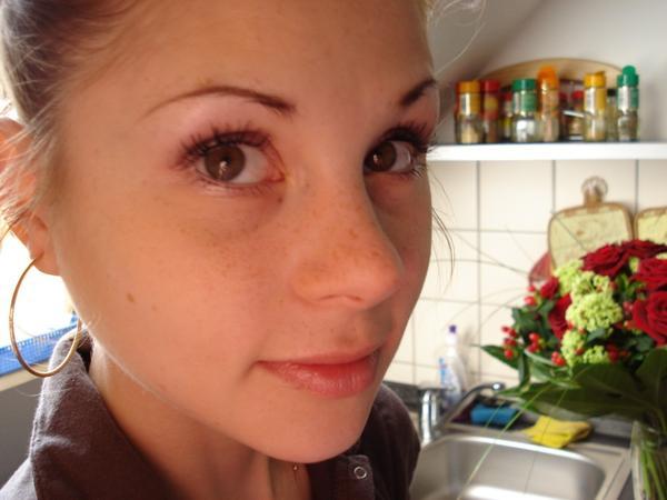 Fototapete junge hübsche ärztin mit spritze - hand • PIXERS.de