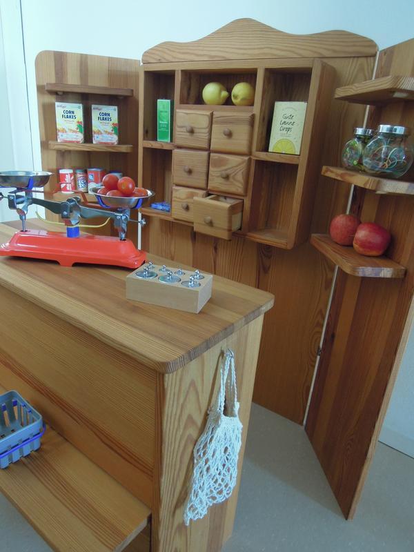 kaufladen mit zubeh r in erzhausen holzspielzeug kaufen und verkaufen ber private kleinanzeigen. Black Bedroom Furniture Sets. Home Design Ideas