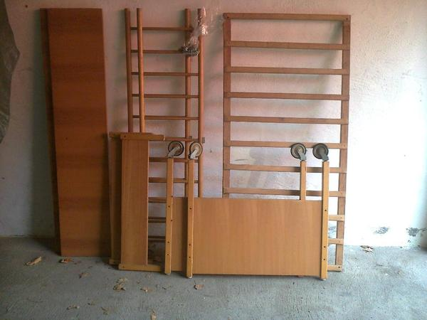 kinderbett aus holz mit rollen zu verschenken. Black Bedroom Furniture Sets. Home Design Ideas