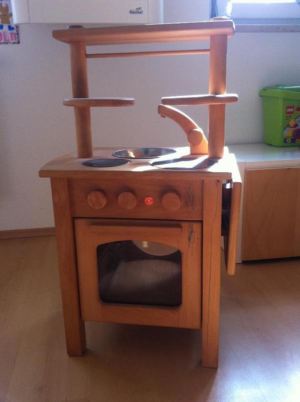 Kinderküche aus Holz ist für Kinder ab drei Jahren gut geeignet