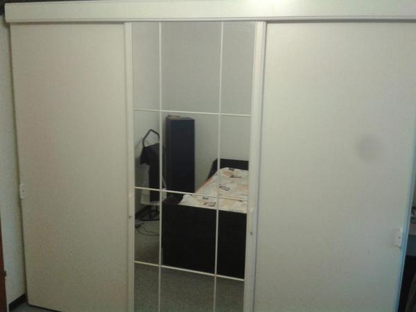 kleiderschrank mit schiebet ren weiss mit spiegelt ren zu verschenken. Black Bedroom Furniture Sets. Home Design Ideas