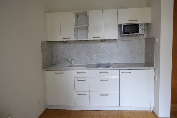k chenzeile wenig benutzt hochwertige qualit t 2 cerankochfelder mikrowelle k hlschrank sp le. Black Bedroom Furniture Sets. Home Design Ideas