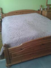 Massives Doppelbett mit