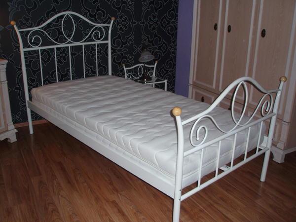 massivholz metallbett mit ikea matratze und lattenrost 140x200. Black Bedroom Furniture Sets. Home Design Ideas