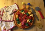Pizza Spieleset Pizza zum selbst belegen mit Zubehör (Pizzaschneider, Pizzaheber, Gewürze, Topflappen, Handschuh und Kochschürze). Der Pizzabelag haftet dank ... 5,- D-68794Oberhausen-Rheinhausen Heute, 20:34 Uhr, Oberhausen-Rheinhausen - Pizza Spieleset Pizza zum selbst belegen mit Zubehör (Pizzaschneider, Pizzaheber, Gewürze, Topflappen, Handschuh und Kochschürze). Der Pizzabelag haftet dank