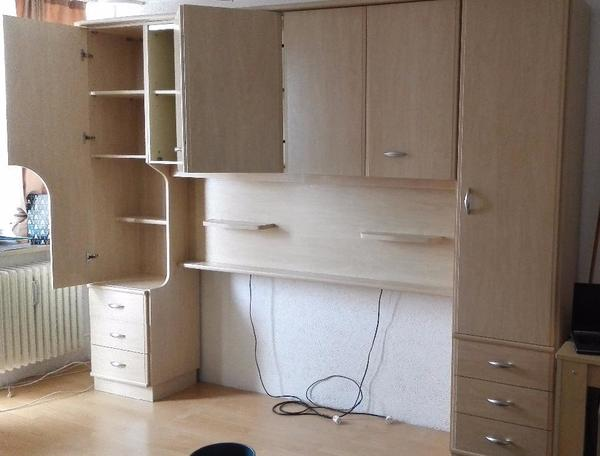 schrankwand mit beleuchtung sehr viel platz viele regale und schubladen plus spiegelschrank. Black Bedroom Furniture Sets. Home Design Ideas