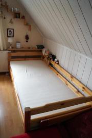 Schreibtisch, Einzelbett, Kleiderschrank