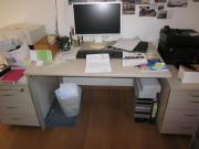 Schreibtisch mit zwei