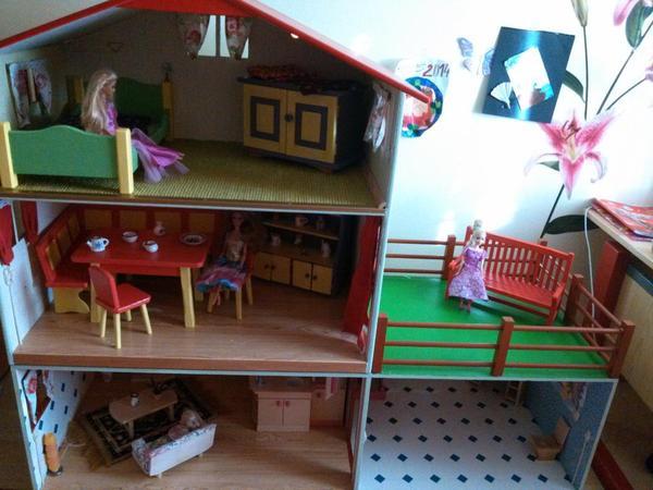 selbstgebautes puppenhaus f r gro e puppen barbies in. Black Bedroom Furniture Sets. Home Design Ideas