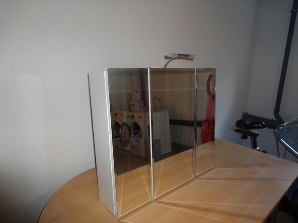 spiegel h ngeschrank aus holz mit lampe in backnang bad einrichtung und ger te kaufen und. Black Bedroom Furniture Sets. Home Design Ideas