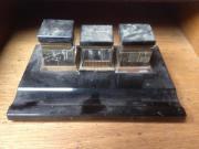 Tintenglasset, antik Wunderschönes Set, mit drei Behältern auf einer Porzellanplatte. Das muss wohl schon der ... VHS D-73614Schorndorf Heute, 19:42 Uhr, Schorndorf - Tintenglasset, antik Wunderschönes Set, mit drei Behältern auf einer Porzellanplatte. Das muss wohl schon der