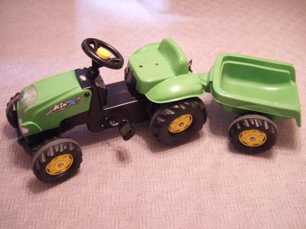 traktor mit anh nger f r kinder. Black Bedroom Furniture Sets. Home Design Ideas