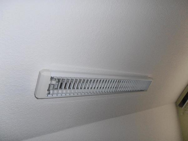 2x Lampe mit Doppel-Leuchtstoffröhren - Vaihingen - 2x Lampe mit Doppel-Leuchtstoffröhren: 1x in kalt-weiss 1x in warm-weiss Ersatz-Leuchtstoffröhre(n) gibt es dazu. Leuchtstoffröhre je 30W, 90 cm lang. Die ganze Lampe ist ca. 100cmx14cm und ca. 5cm hoch. Preis je Lampe. - Vaihingen