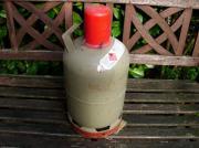 5kg fast leere graue Propangasflasche