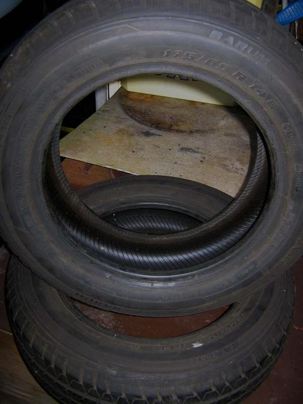 Autoreifen - Hanhofen - Zwei Autoreifen, ideal zum Bau einer Kinderschaukel. Reifen waren noch nicht montiert. - Hanhofen