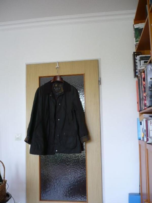 Barbour Wachsjacke - Berlin Charlottenburg - Barbour Jacke, nagelneu, engl. Größe 20, Name: Classic Wax Jacket (s. Foto) BeadnellWie Sie sehen, ist die Form etwas schlanker geworden. Die Farbe ist das übliche Olivgrün bei Barbour.. Ich habe noch die Originalrechnung vom 7 - Berlin Charlottenburg