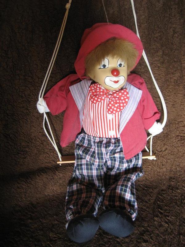 Deko - Clown, Clownpuppe, Puppe, Marionette, auf Schaukel zum Aufhängen, Sammlungsauflösung - Birkenheide Feuerberg - Verkaufe einen Deko - Clown, Clownpuppe auf einer Schaukel sitzend zum Aufhängen. Gesamtlänge der Puppe ca. 50 cm, neuwertig, aus einem Nichtraucherhaushalt und ohne Wohnungstiere, wie abgebildet (mehrere verschiedene Clowns aus  - Birkenheide Feuerberg