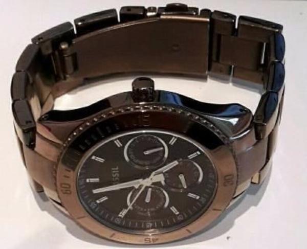 Fossil Damenuhr ES3021 - Saarbrücken Ensheim - Ich biete hier meine Fossil Damenuhr ES3021 an.Die Uhr ist auf der Vorderseite in perfektem Zustand, lediglich auf der Rückseite sind leichte Gebrauchsspuren (siehe Bild) vorhanden.Die Uhr kommt in der typischen Fossil Metalldose - - Saarbrücken Ensheim
