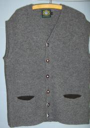 Herrenkleidung Strickweste und Damen Trachtenjacke