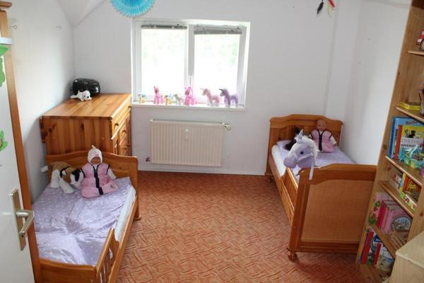 Komplettes massivholz kinderzimmer mit 2 kinderbetten for Jugendzimmer zwillinge