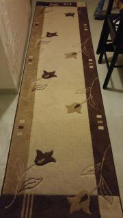 Mehrere Teppiche in Braun mit