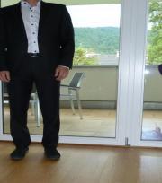 Schwarzer Anzug der