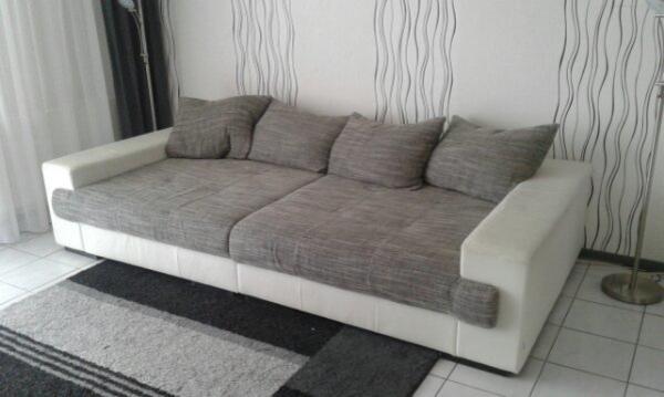 Sofa - Pforzheim Arlinger - Sofa in weiß grau zu verschenken. L. 2,70 breite 1,40. ist ziemlich arg beschädigt, kunstleder ist abgegangen, - Pforzheim Arlinger