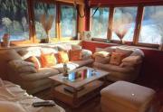 Sofagarnitur und Wohnzimmertisch (