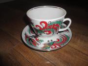 Tasse mit Unterteller aus Porzellan