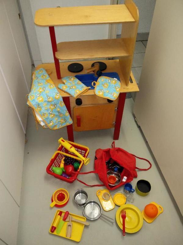 Tolle Holz Spielküche für Kinder 90 cm hoch und 58 breit - Sulzbach - Tolle Holz Spielküche für Kinder 90 cm hoch und 58 breit. Mit all den Zubehör. Unsere Kinder haben stundenlang damit gespielt und uns tolle Gerichte zubereitet ;-) - Sulzbach