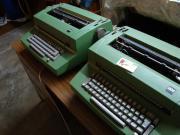 Zwei IBM-Kugelkopf-Schreibmaschinen